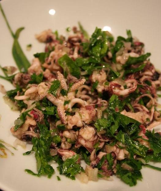 Салат с кальмарами приправленный резаной петрушкой