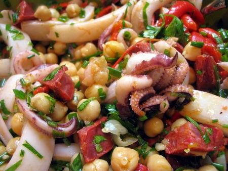 Теплый (холодный) салат из кальмаров, гороха нут и испанской копченой колбасы с красным перцем