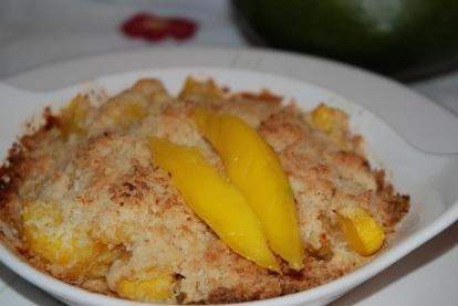 Десерт-«крошка» из манго с цукатами и кокосом