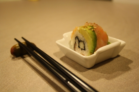 Суши «калифорния» с копченым лососем, авокадо и яблоком гренни