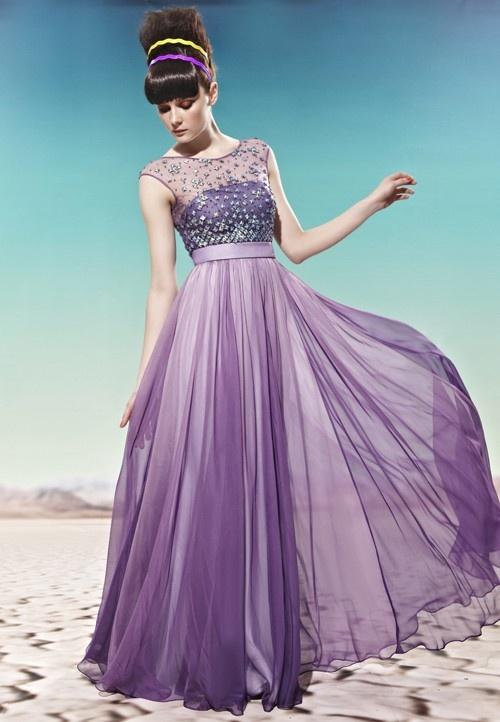 Для светловолосых смуглых красавиц идеальными будут розовые, алые и коралловые платья. Красоту темноволосых девушек со светлой кожей лучше всего подчеркнут