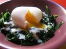 Яйца всмятку со шпинатом