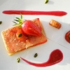 Хрустящий десерт с клубникой и ревенем