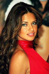 какой цвет волос подходит к зеленым глазам Adriana Lima