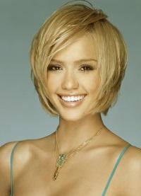 Женщина блондинка в очках с короткой стрижкой 30