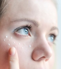 Уход за кожей вокруг глаз - поможет ли крем