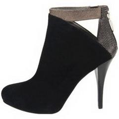 На фото обувь из осенних коллекций брендов: ботильоны телесного оттенка Alexander McQueen, ботильоны из тисненой кожи под старое золото Bottega Veneta