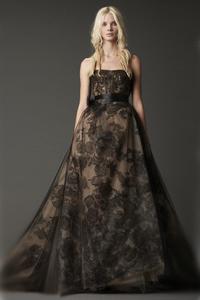 Впрочем, черное и красное свадебное платье только сейчас кажется отходом от традиций. На самом деле, белое свадебное платье стало традиционным только в