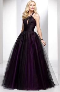 но и оригинальным декорированием, которое не скрывает ее. Голубое вечернее платье хорошо подходит для девушек, которые на выпускном хотят быть яркими