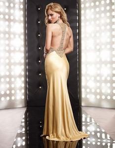 Платье с открытой спиной блондинки