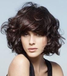 стрижка каре на средние волосы без челки с крупной химической завивкой