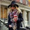 Как красиво завязать шарф на пальто: шик демисезонной моды