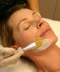 Гликолевый пилинг: улучшает состояние кожи