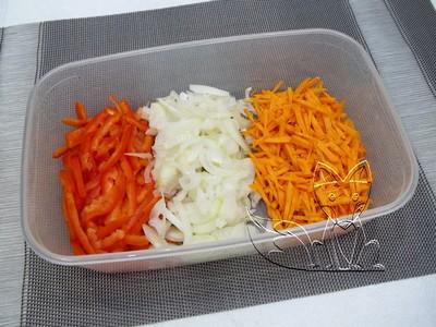 в емкость кладем натертую морковь и нарезанный лук с перцем