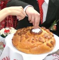 Кто выносит на свадьбе каравай